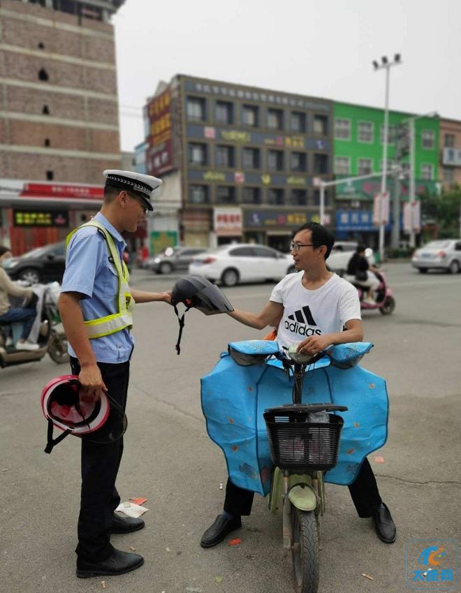 太康交警针对电动三轮载人、不戴头盔、非机动车逆行等交通违法行为开展集中宣传
