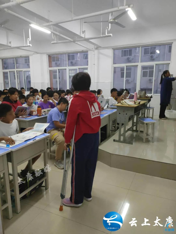 【教师风采】太康一高附中教师张晓动:拄拐坚守为教育 撑起朗朗读书声