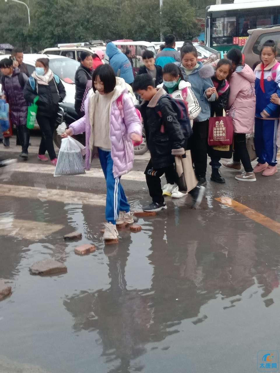 """一高附小北门学生每天上学放学要""""过河"""""""