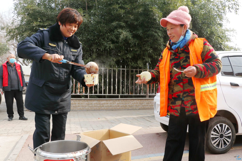 太康城管执法局:开展腊八送粥,温暖环卫工人心